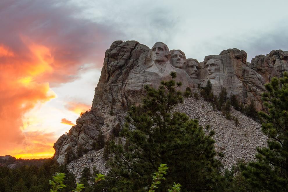 Mount-Rushmore-during-sunset
