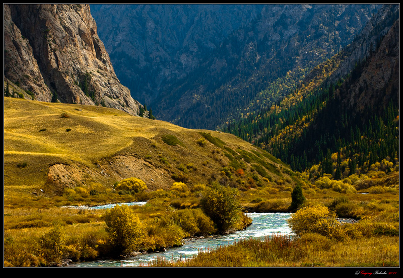 Here is the Kazakh-Chinese border. Mountains Dzhungar. River Valley Horgos. The left bank of the river - it is Chinese territory.