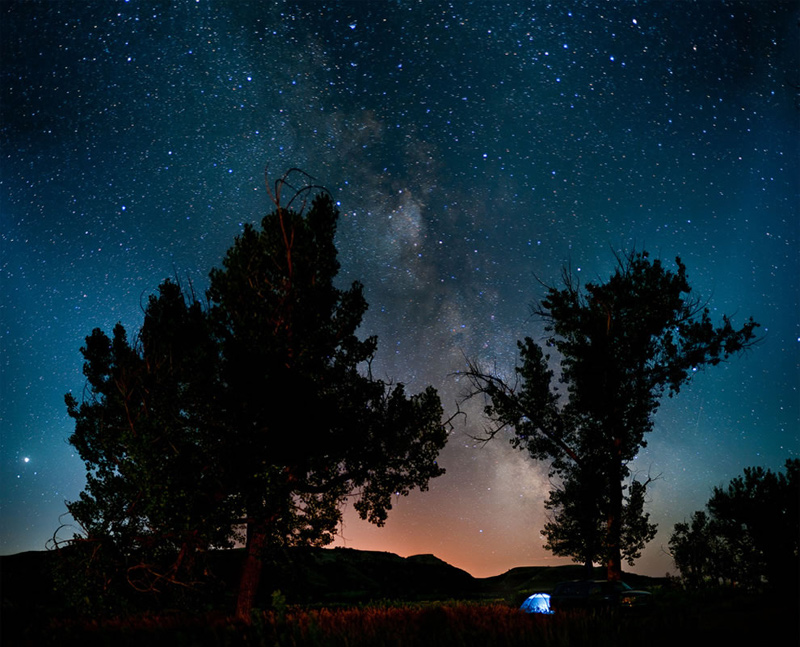 1Camping-under-the-stars-at-Theodore-Roosevelt-National-Park-North-Dakota