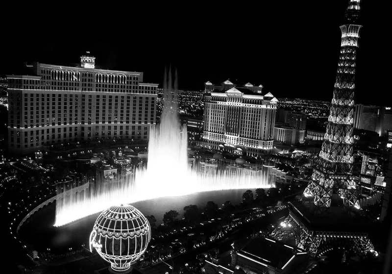 Bellagio-Fountains-in-black-and-white