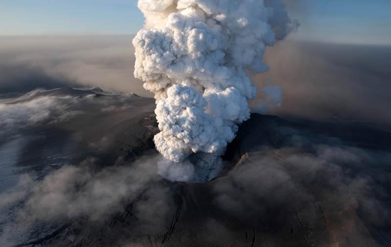 eyjafjallajokul-iceland-volcano-eruption-smoke-plume-2010