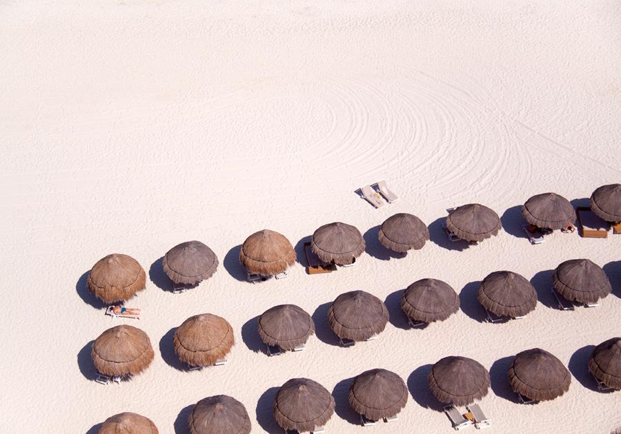 tiki-umbrellas-white-sand