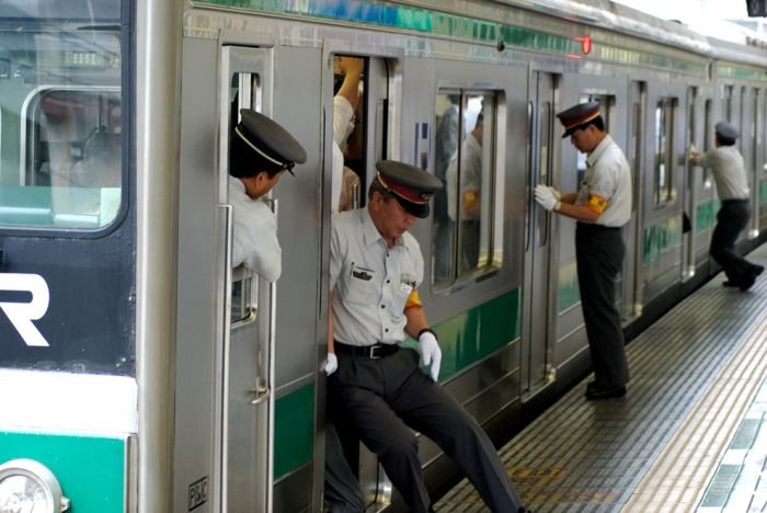 insane_photos_of_tokyo_commuters_10