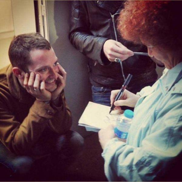 celebrities_signing_autographs_02