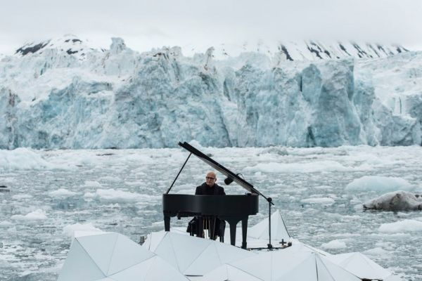 musician-plays-piano-in-the-middle-of-the-arctic-as-calving-glaciers-crash-behind-him-1